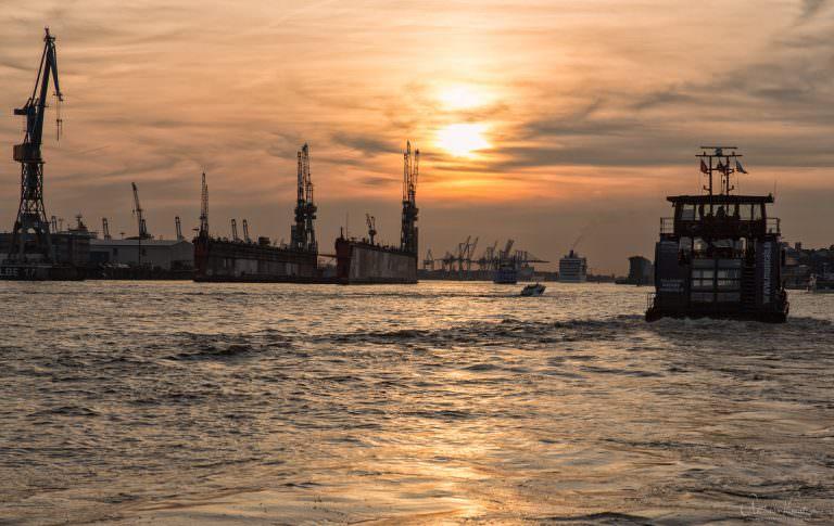 Blick von den Landungsbrücken auf den Hafen 1014