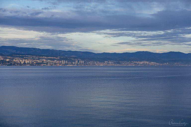 Blick von Ičići auf Rijeka