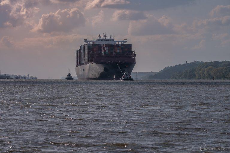 Containerschiff bei Teufelsbrück