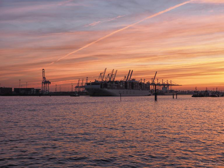 Containerschiff im Abendlicht