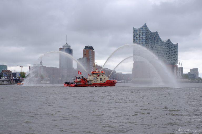Feuerlöschboot Branddirektor Westphal bei der Einlaufparade