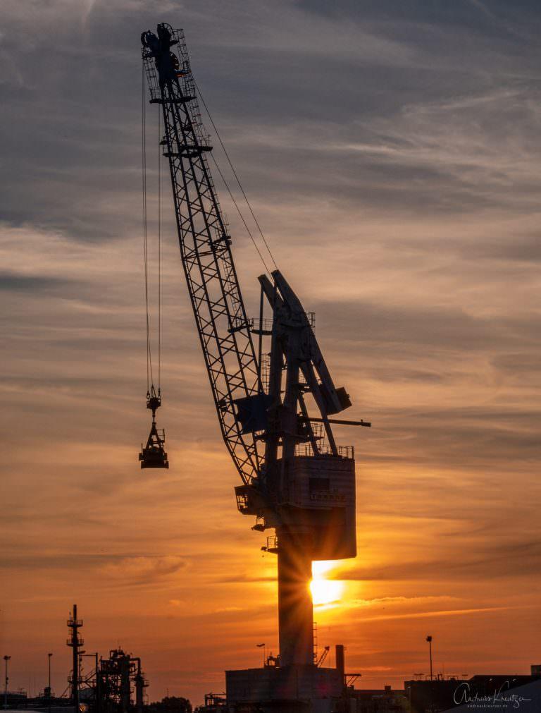 Hafenkran im Abendlicht
