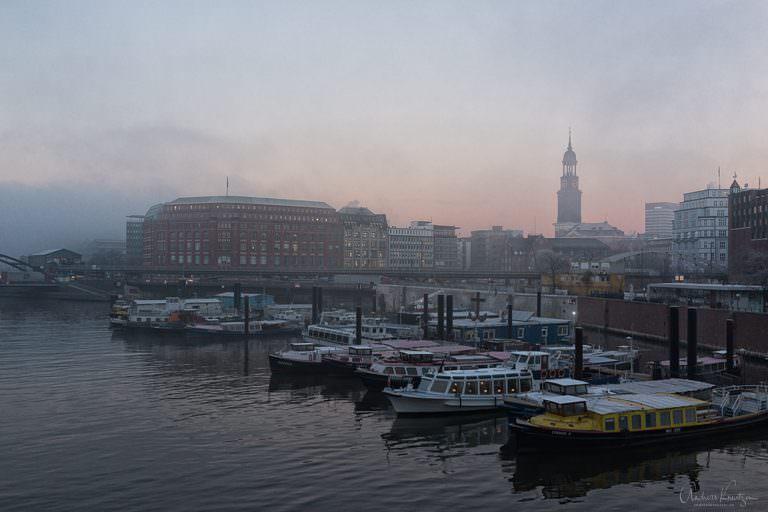 Hamburger Binnenhafen morgens mit Nebel
