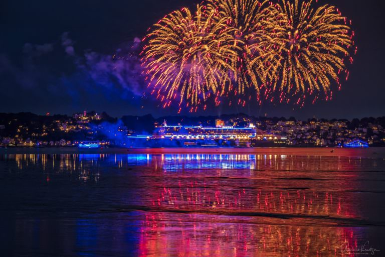 Queen Mary 2 mit Feuerwerk
