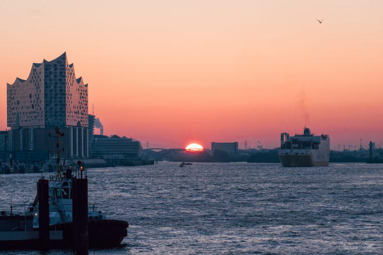 Sonnenaufgang am Hamburger Hafen 170216