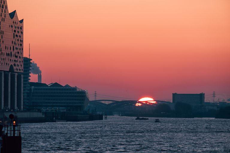 Sonnenaufgang am Hamburger Hafen 170216 II