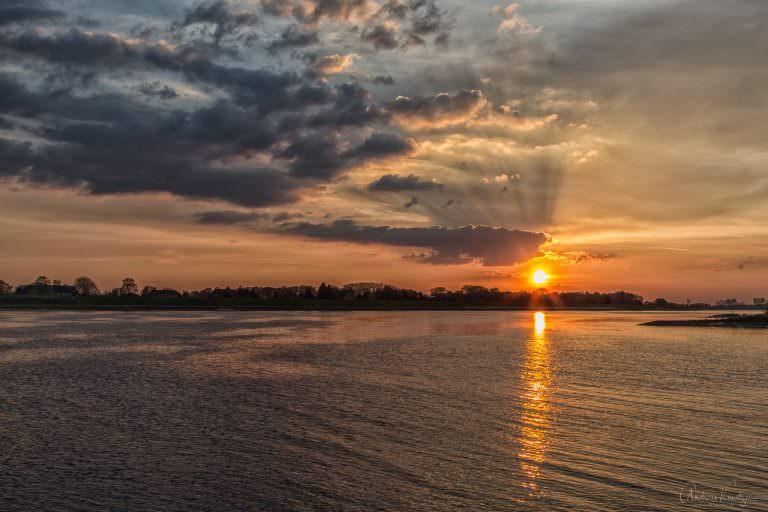 Sonnenuntergang an der Elbe XII