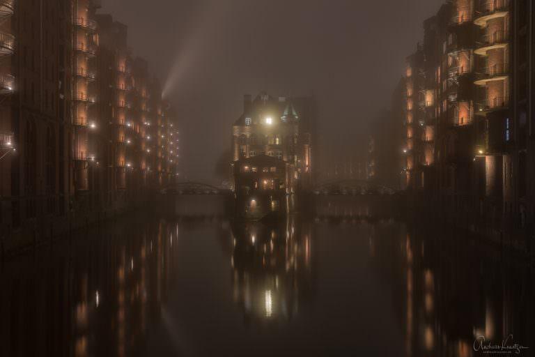 Wasserschloss im Nebel 1114 III
